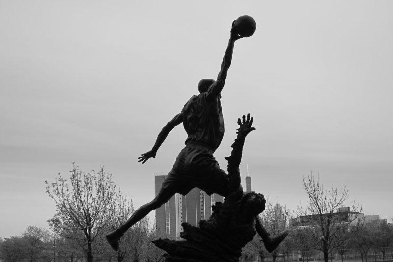 "Statyn ""The Spirit"" gestaltar Michael Jordan vid Chicago Bulls hemmaarena United Center."