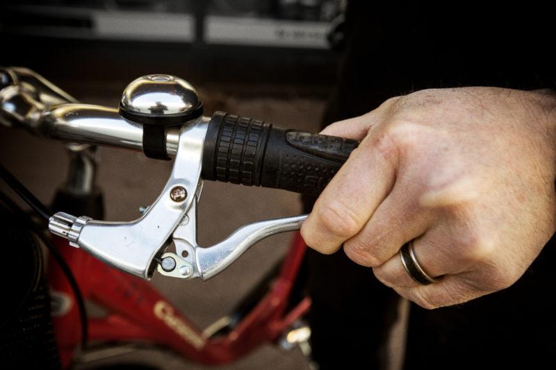 x) Kontrollera att handbromsen fungerar. Joakim Söderström cykelhandlaren som nyanställer. Bike Room i Täby kyrkby.