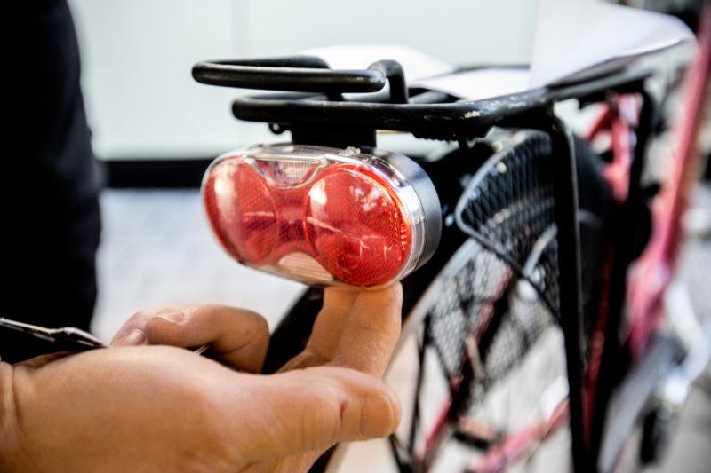 x) Se till att lamporna fungerar Joakim Söderström cykelhandlaren som nyanställer. Bike Room i Täby kyrkby